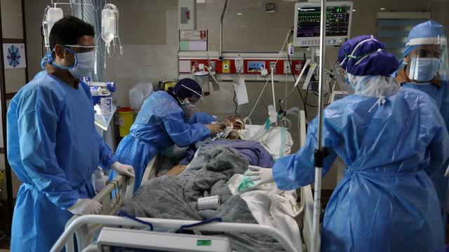 Zu sehen Ärzte, Pfleger und Patient in Teheraner Spital.