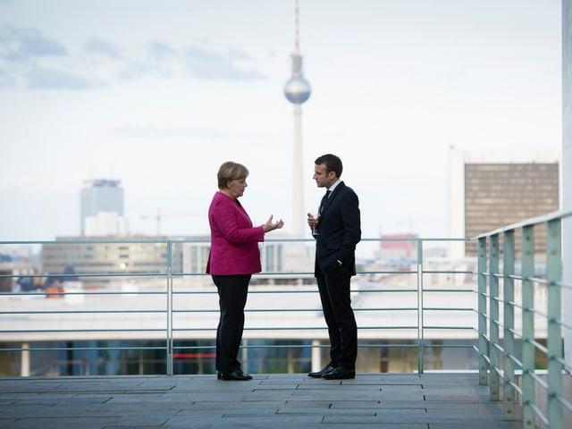 Emmanuel Macron ed Angela Merkel sin la terrassa da la chancellaria a Berlin.
