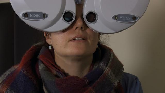 Eine Frau schaut in ein medizinisches Gerät, das die Augen untersucht.
