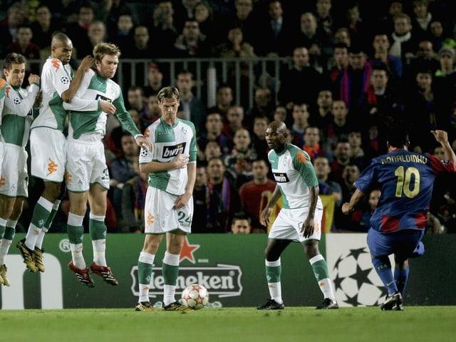 Ronaldinho trifft per Freistoss gegen Bremen