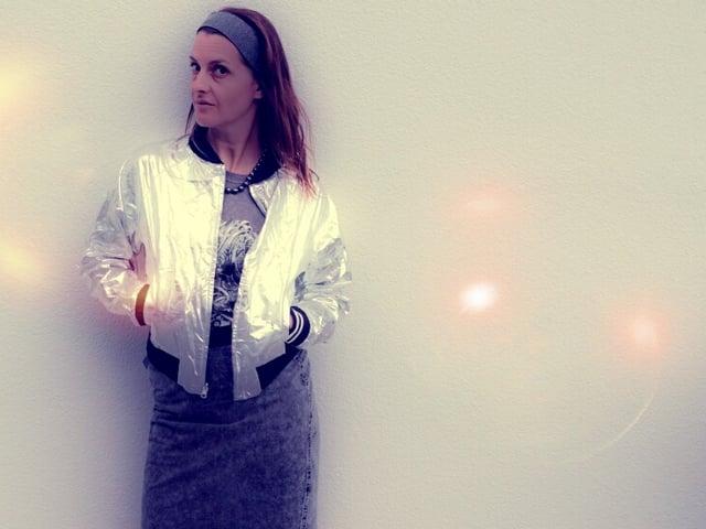 Ursula Schubiger in einer Silberjacke