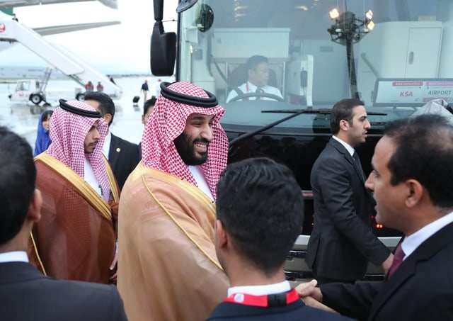 Kronprinz Mohammed bin Salman schüttelt Hände.
