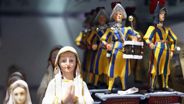 Kleine Madonna-Figuren, daneben Schweizergardisten.