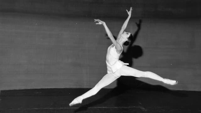 Eine springende Ballerina auf einem schwarz-weiss-Bild.