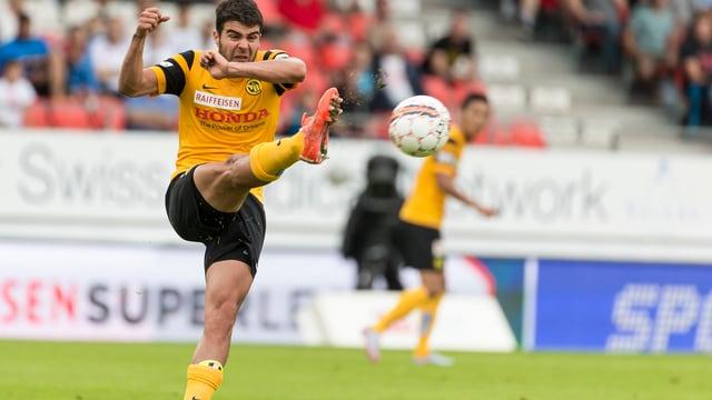 Gonzalez nimmt einen Ball mit hohem, gestreckten Bein ab.