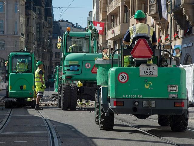 Baustelle in der Innenstadt, Baufahrzeuge stehen auf den Trangeleisen beim Marktplatz.