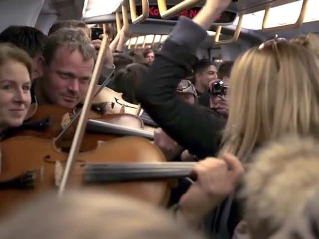 Geiger in einer vollen U-Bahn.