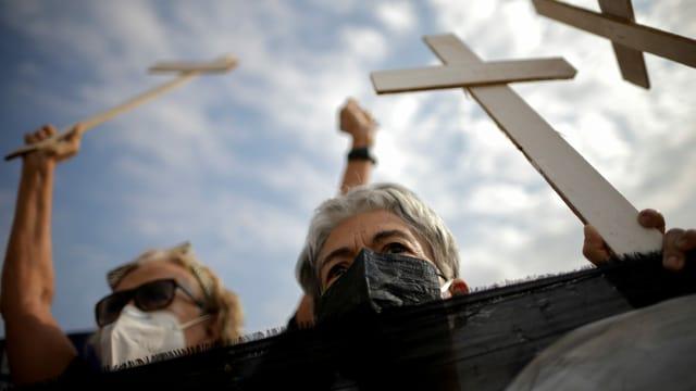 Demonstrierende mit weissen Kreuzen.
