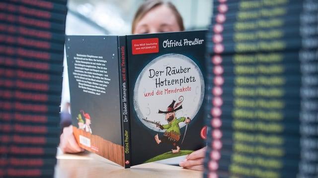 Ein Mädchen liest das neue Hotzenplotz-Buch