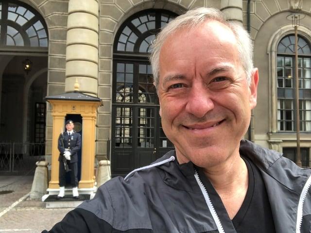 Bruno Kaufmann vor dem Königlichen Schloss, kurz vor der Wachablösung.