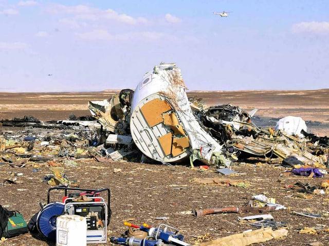 Die Überreste des Flugzeugs liegen verteilt im Sand.
