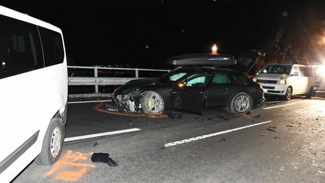 Purtret da l'auto destruì che stat amez la via.