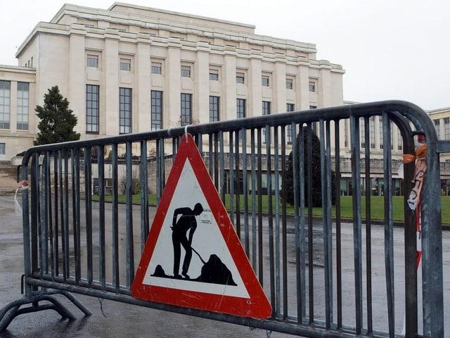 Vor der Hauptfassade des UNO-Palais in Genf steht eine Bauschranke.