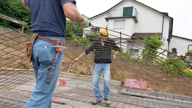 Bauarbeiter aus Ex- Jugoslawien verlegen auf einer Schweizer Baustelle Armierungsgitter.