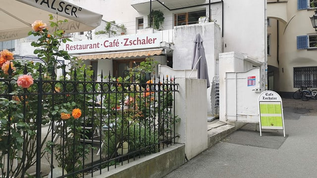 Il café Zschaler en la citad veglia da Cuira.