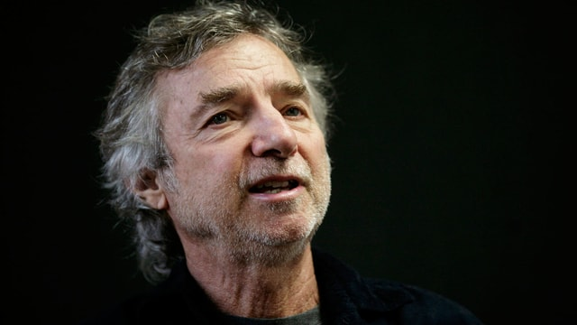 Ein Mann mit grauen Haaren.