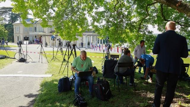 Presseleute vor der Villa La Grange