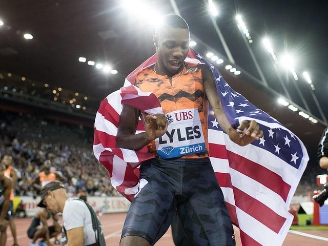 Noah Lyles mit der US-Flagge.