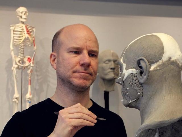 Oscar Nilsson rekonstruiert das Gesicht von Adelasius.