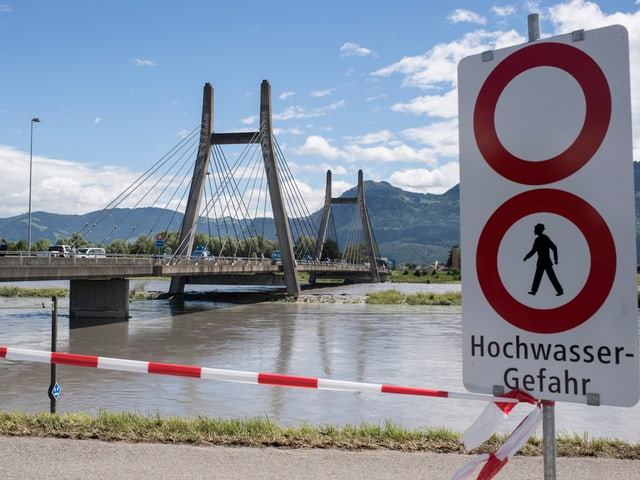 Hochwasser bei der Rheinbrücke in Diepoldsau.