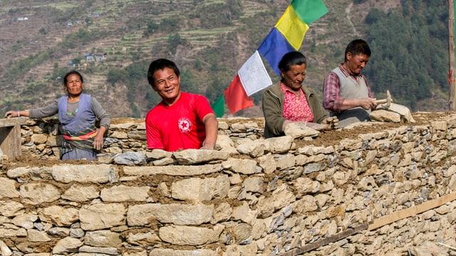 Mitra Tamang baut mit seiner Familie das Wohnhaus wieder auf, nachdem er den Helvetas-Weiterbildungskurs in erdbebensicherem Bauen besucht hat.