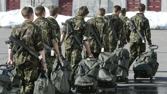Colonna da recruts cun valischas.