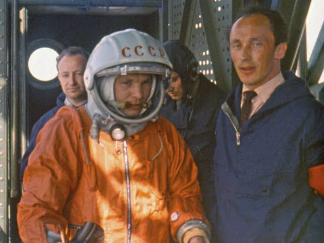 Astronaut Gagarin neben dem Ingenieur Ivanovsky.