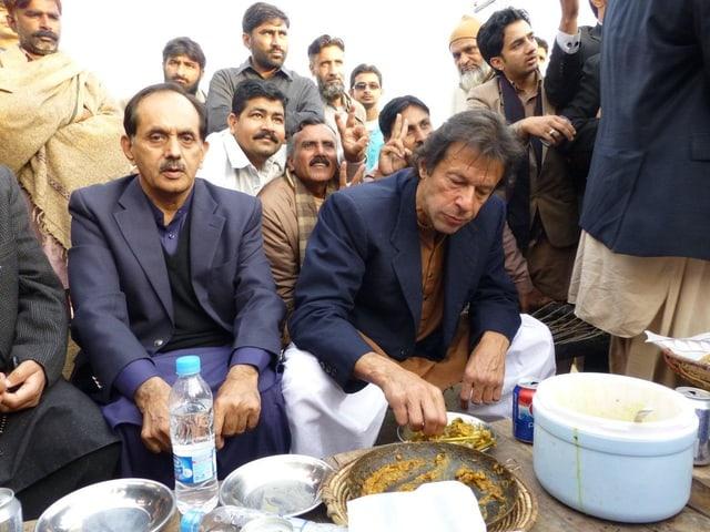 Der 61-jährige Imran Khan, vorne rechts, ist ein Phänomen und ein Mann voller Widersprüche.