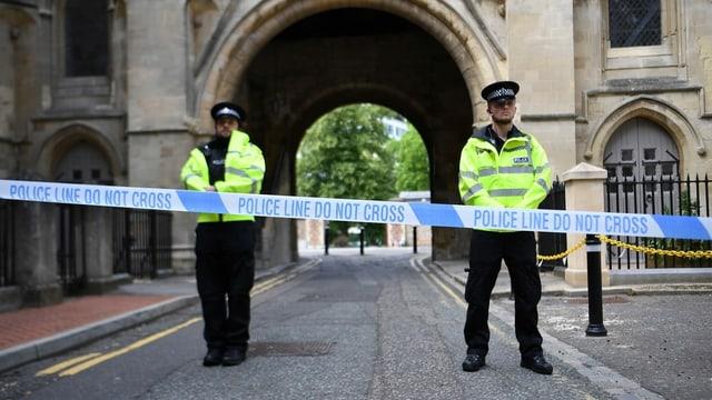 Purtret da policists davant il parc ch'è serrà giu.