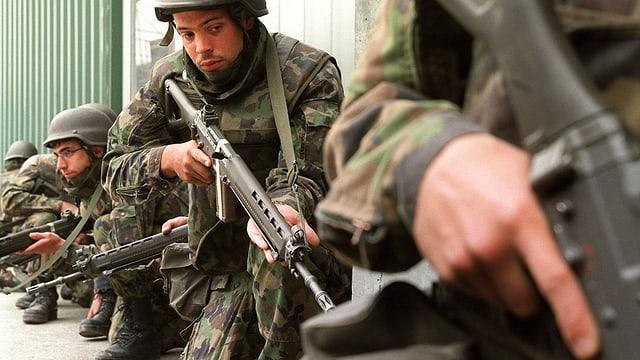 Soldaten vor einer Schiessübung