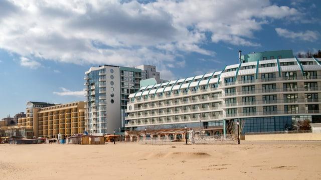leerer Stand mit vielen Hotels