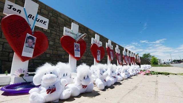 Herzen und Teddybären auf einer Strasse erinnern an die Opfer eines Amoklaufs in den USA.