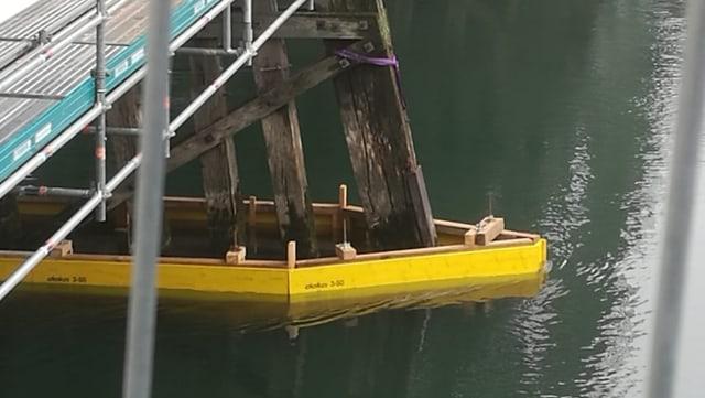 Gelbe Holzplanken sperren das Gebiet rund um das Fundament der Pfeiler ab.