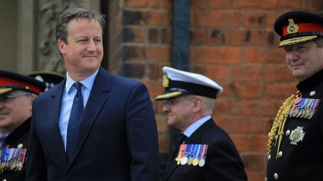 Ein lachender David Cameron an einer Militärparade in Cleethorpes / England.