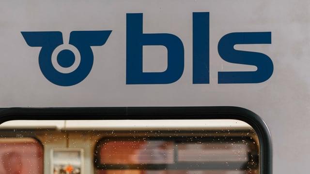Das Logo der BLS über einem Zug-Fenster.