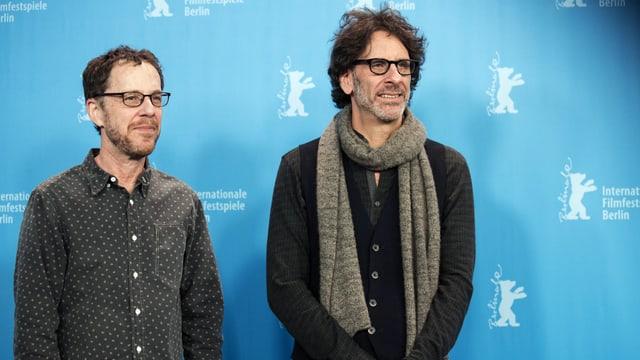 Joel und Ethan Coen posieren für ein Foto.