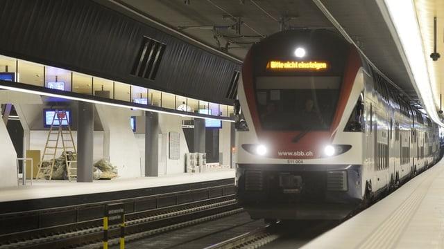 """Ein Zug mit """"Bitte nicht Einsteigen"""" Leuchtschrift am Bahnhof Löwenstrasse"""