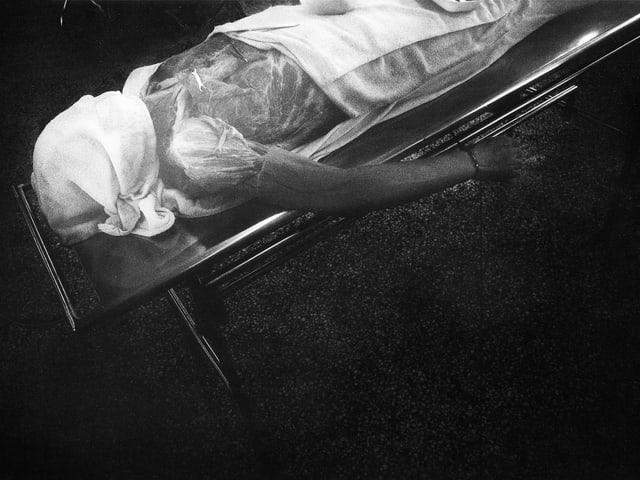 Leiche auf einer Barre.