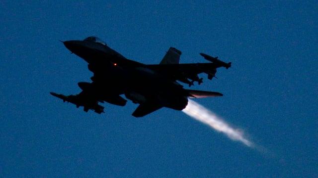 Eine F-16 mit eingeschaltetem Nachbrenner