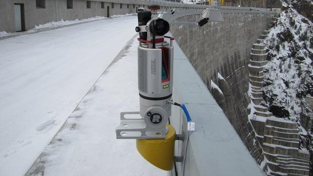 Ein stationäres Lidar-Gerät vermisst eine Staumauer.