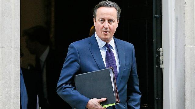 Cameron verlässt Gebäude