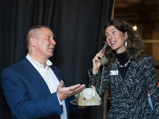 Joachim Salau und Eva Oertle mit einem alten Wahlscheibentelefon.
