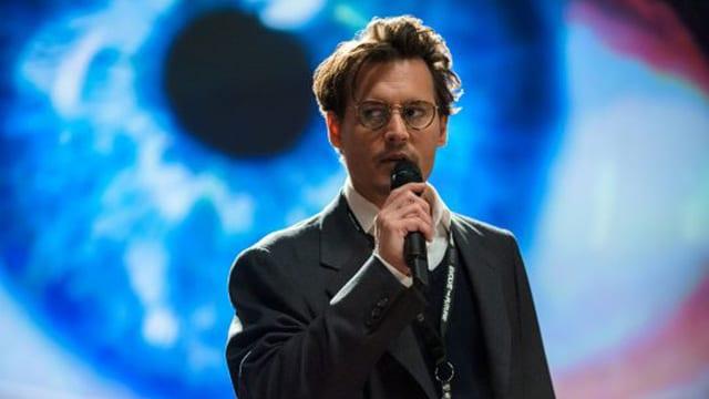 Johnny Depp spricht in ein Mikrophon, im Hintergrund ist ein riesiges blaues Auge projieziert.