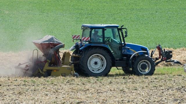 Traktor bei der Feldarbeit.