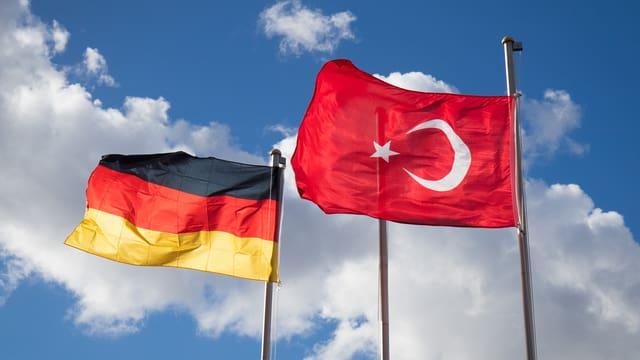 Las binderas da la Germania e da la Tirchia.
