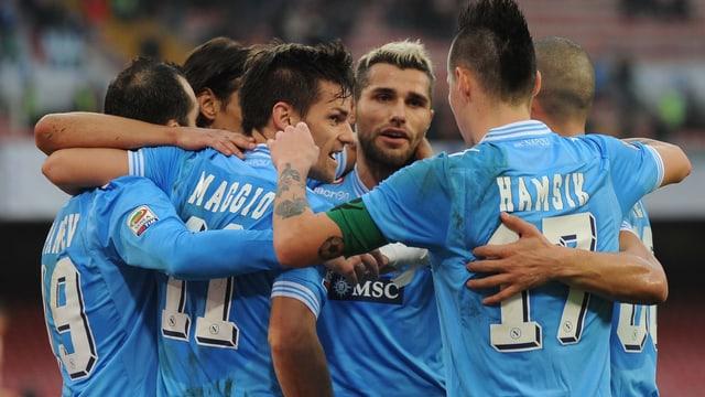Die Spieler der SSC Napoli (mit Nati-Spieler Valon Behrami (3. v. r.) dürfen jubeln.