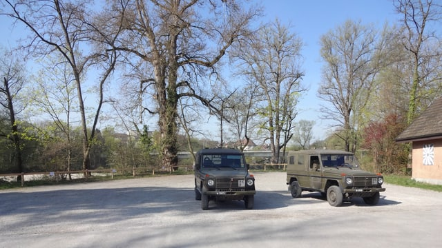 Zwei parkierte Militärjeeps.
