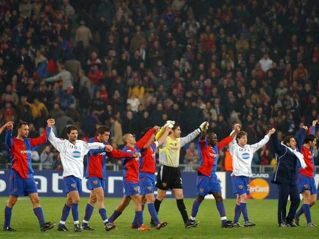 Der FCB verabschiedet sich nach dem 2:1-Sieg von den Fans.