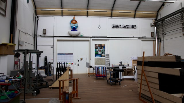 Montagehalle mit Teleboy und Originalschriftzug von Benissimo