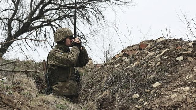 Ein ukainischer Soldat an der Grenzlinie zu den pro-russischen Rebellengebieten in der Nähe von Donesk am 12. April 2021.